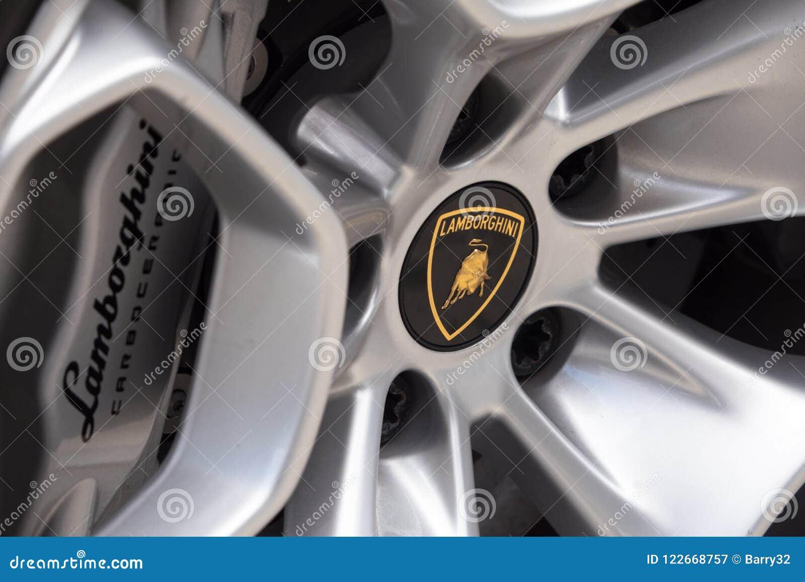 Chiuda su di una ruota di Lamborghini con il logo del toro