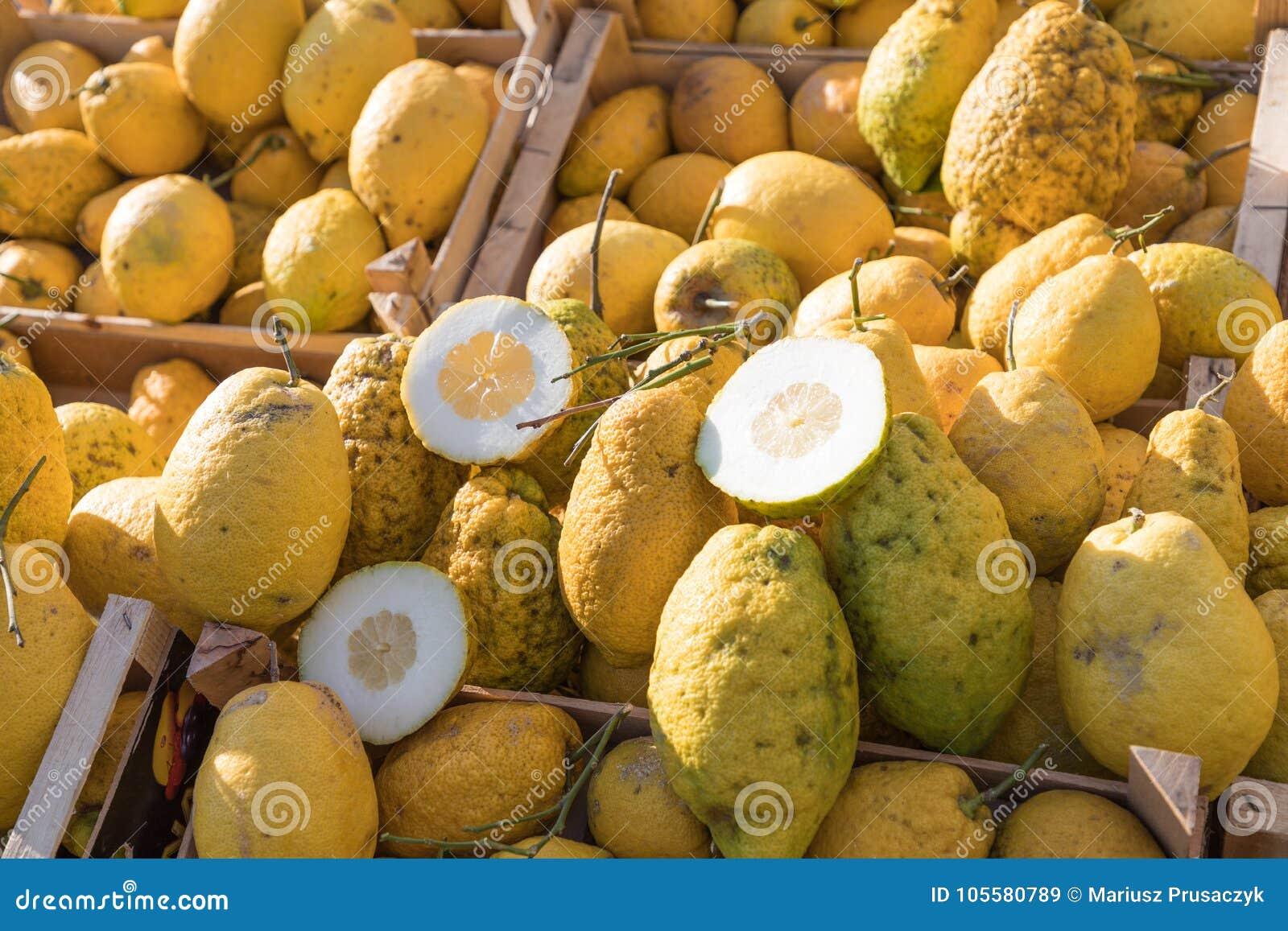 Chiuda su di una scatola di legno in pieno di grande cedro giallo alla frutta m.