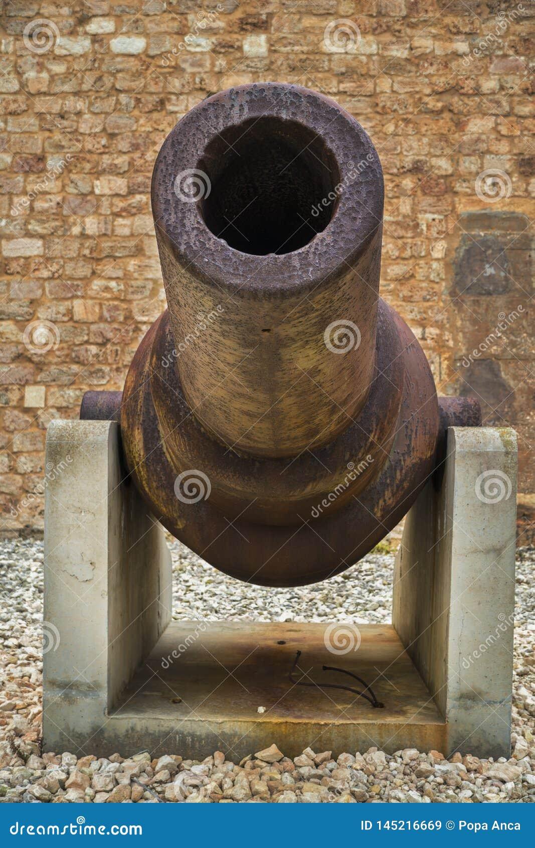 Chiuda su di vecchio cannone arrugginito nel museo di guerra a St Elmo forte