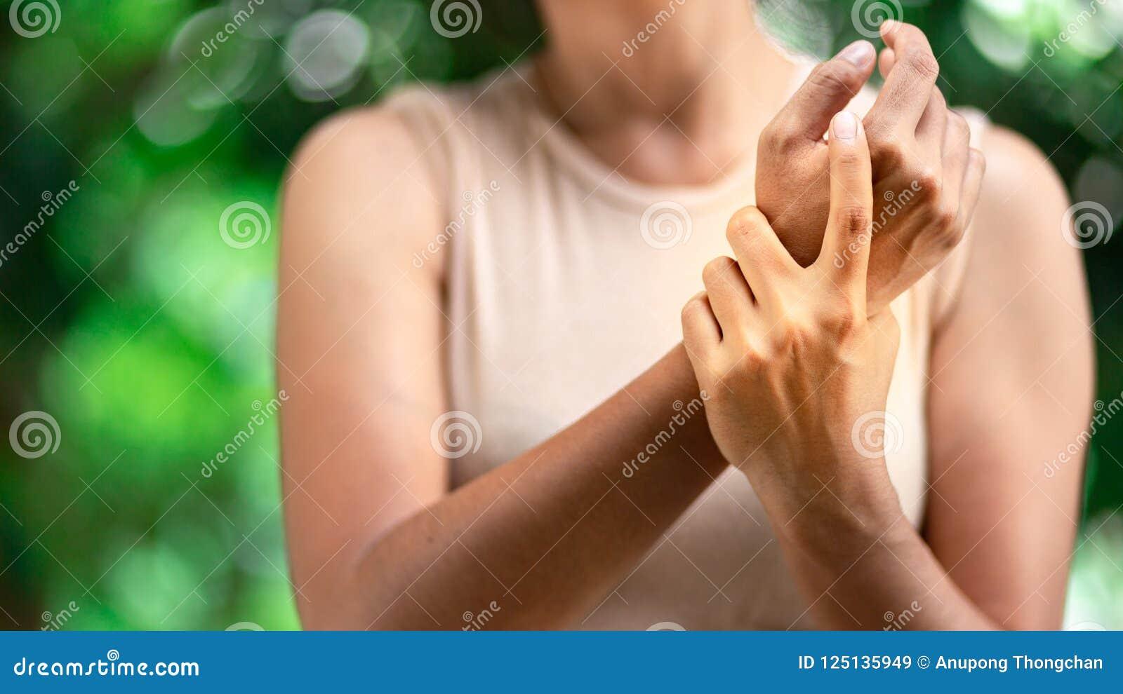 Chiuda su dolore del polso della donna