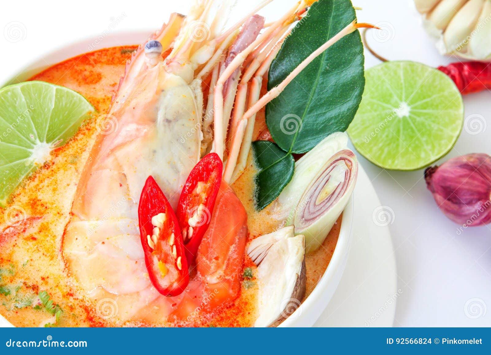 Chiuda su minestra piccante asiatica con gamberetto in ciotola bianca, Tha famoso
