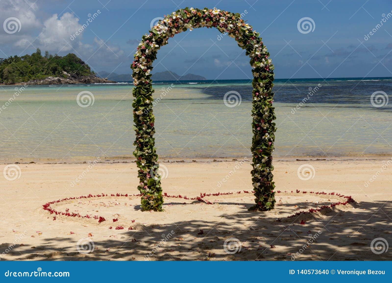 Chiuda su sulla decorazione di nozze sulla spiaggia a Mahe Island, Seychelles