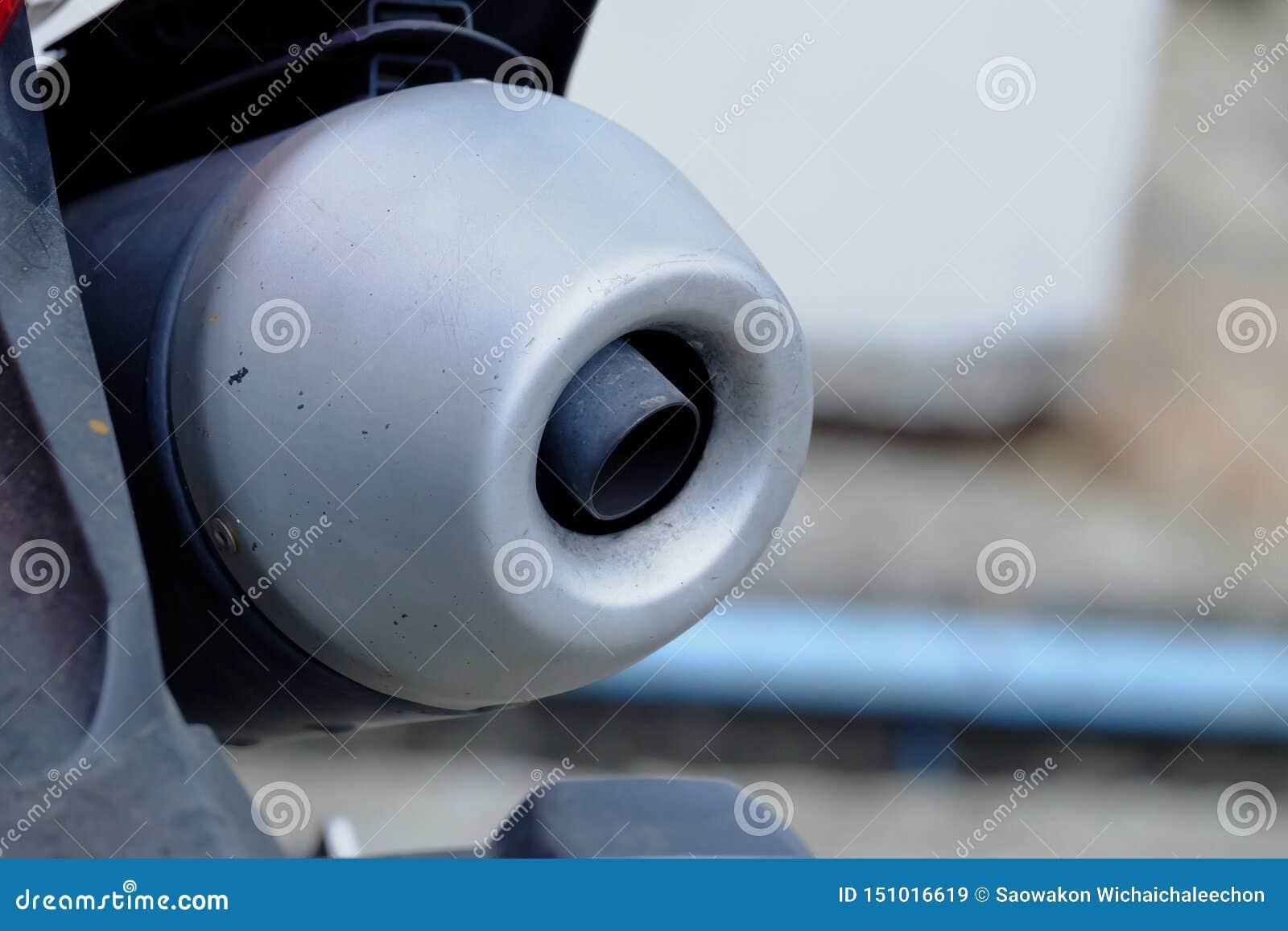 Chiuda su un tubo di scarico del motociclo
