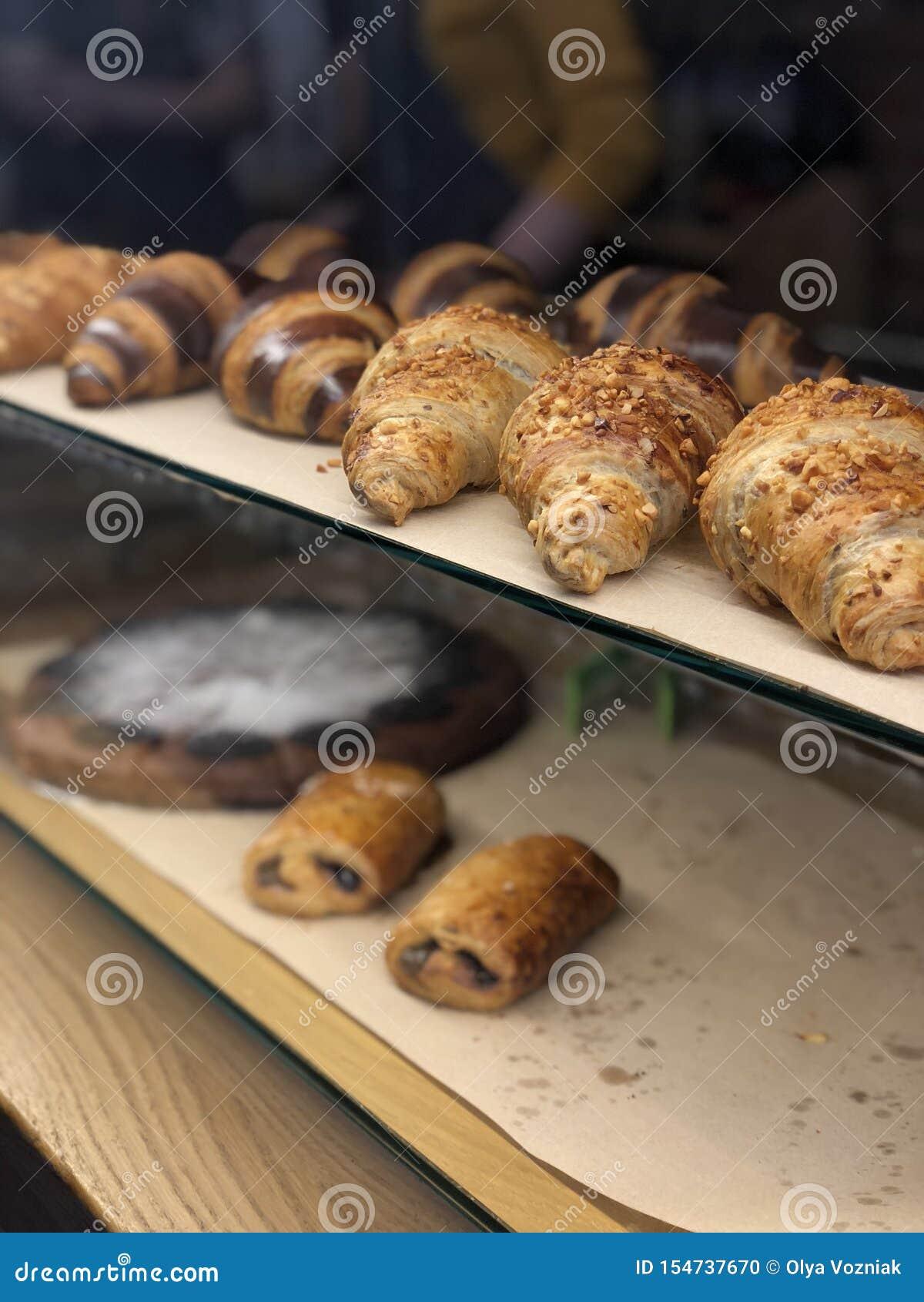 Chiuda sui croissant di recente al forno dal pronto per il forno alla vendita
