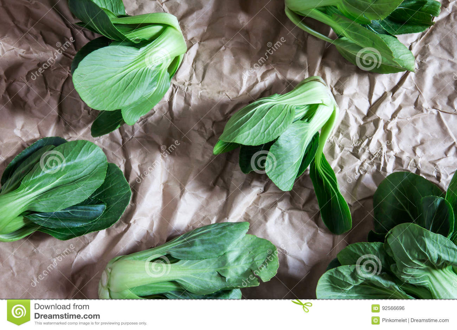 Chiuda sul cavolo cinese fresco sulla carta sgualcita, overh di verde del bambino
