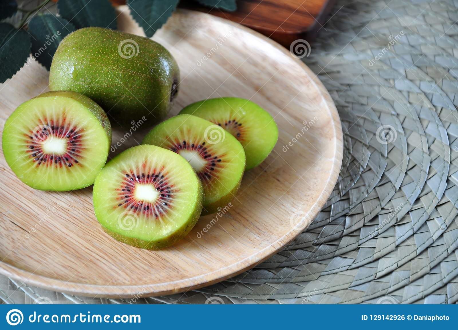 Chiuda sul kiwi rosso fresco sul piatto