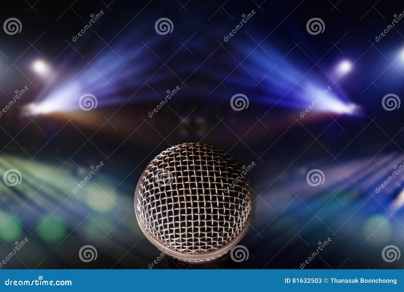 Chiuda sul microfono con il fondo delle luci in scena conte di