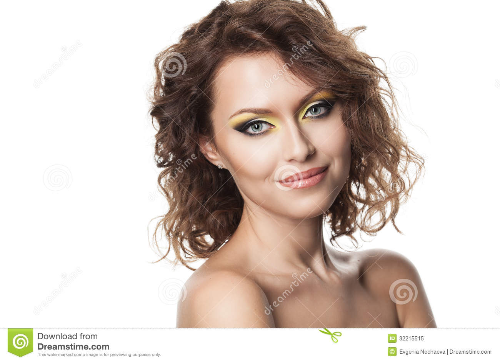 Chiuda sul ritratto di bella donna