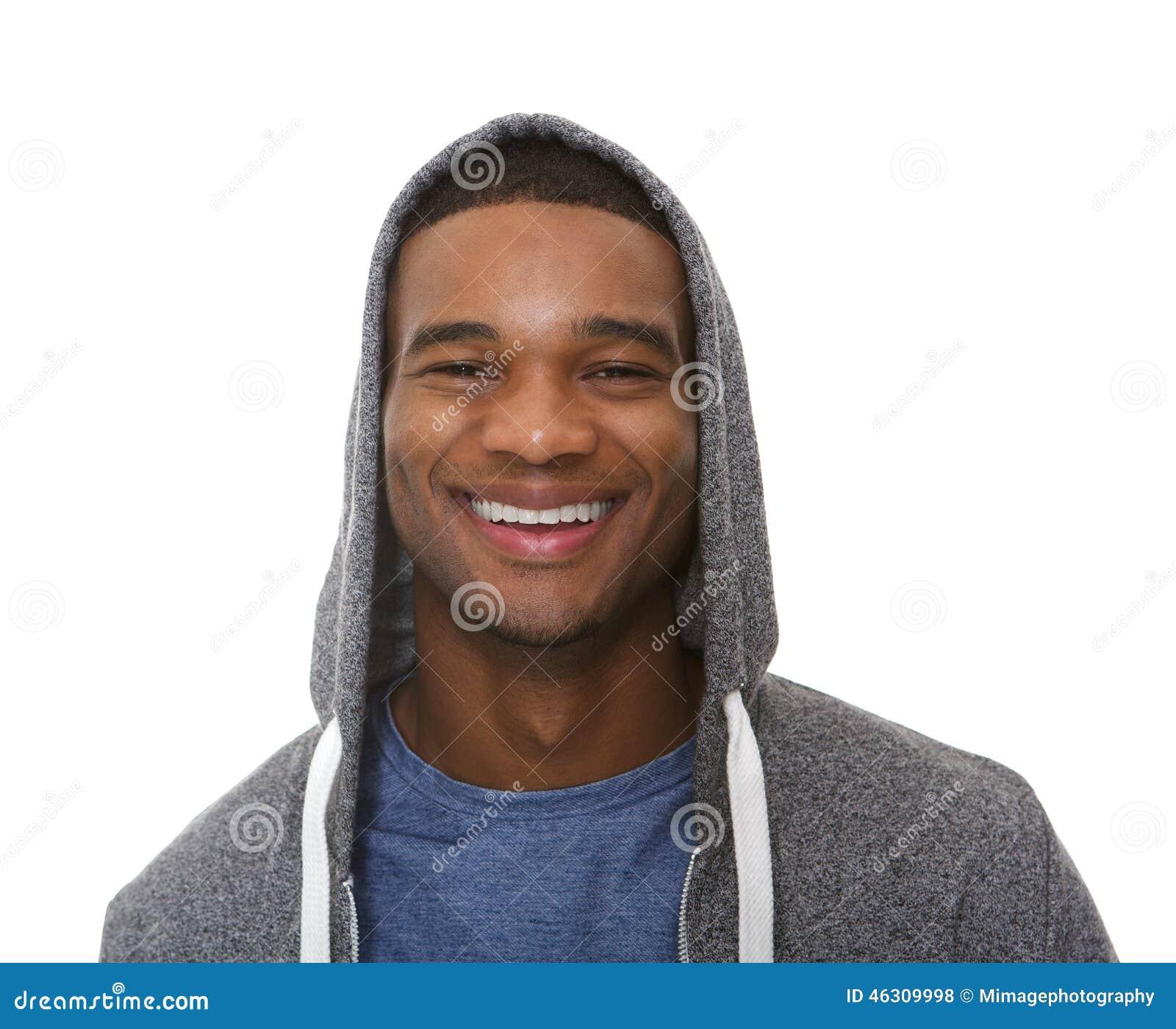 Chiuda sul ritratto di un giovane che sorride con la maglietta felpata incappucciata