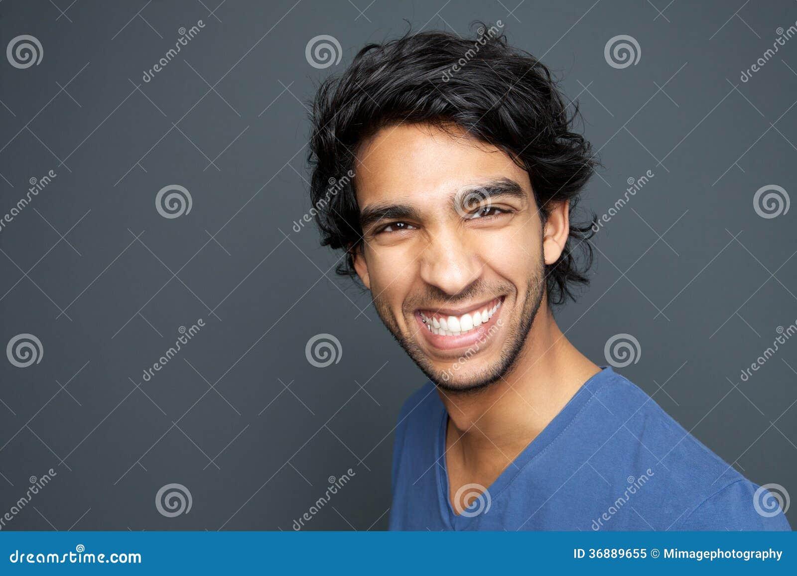 Download Chiuda Sul Ritratto Di Un Giovane Sorridente Immagine Stock - Immagine di adulto, capelli: 36889655