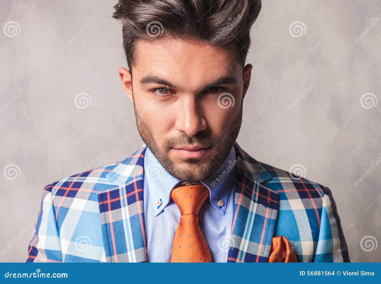 Chiuda sull immagine di giovane uomo bello di affari