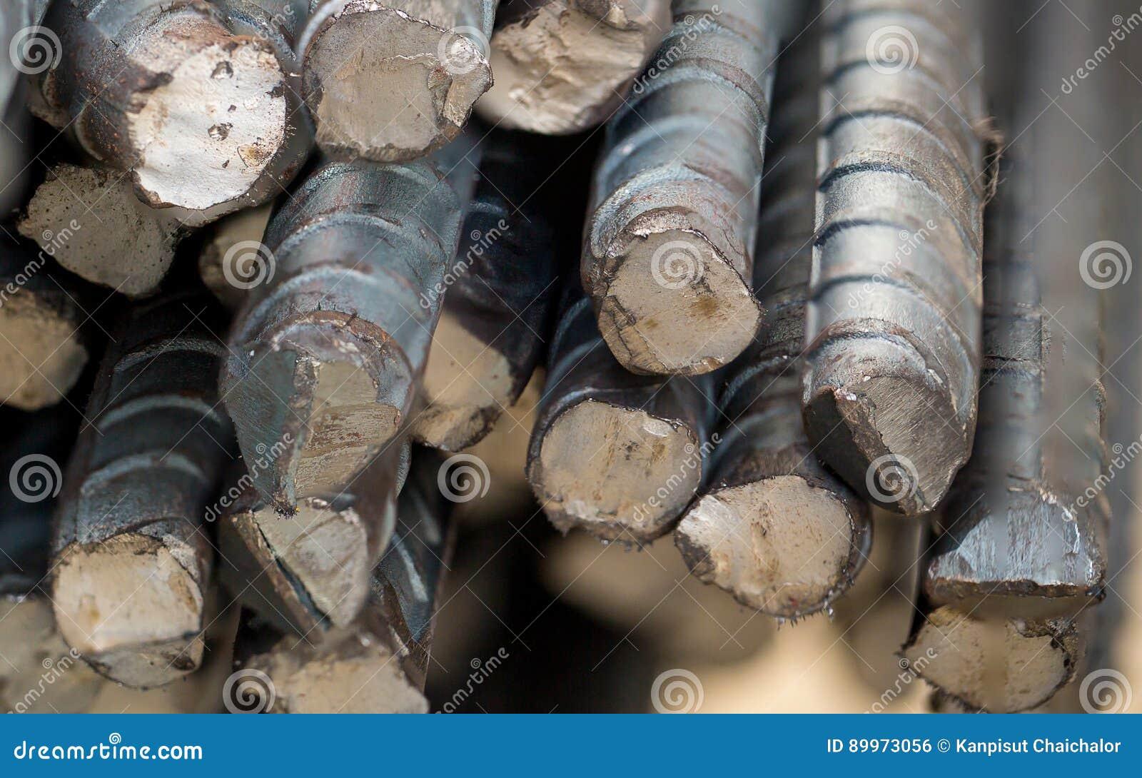 Chiuda sulla barra d acciaio nel cantiere