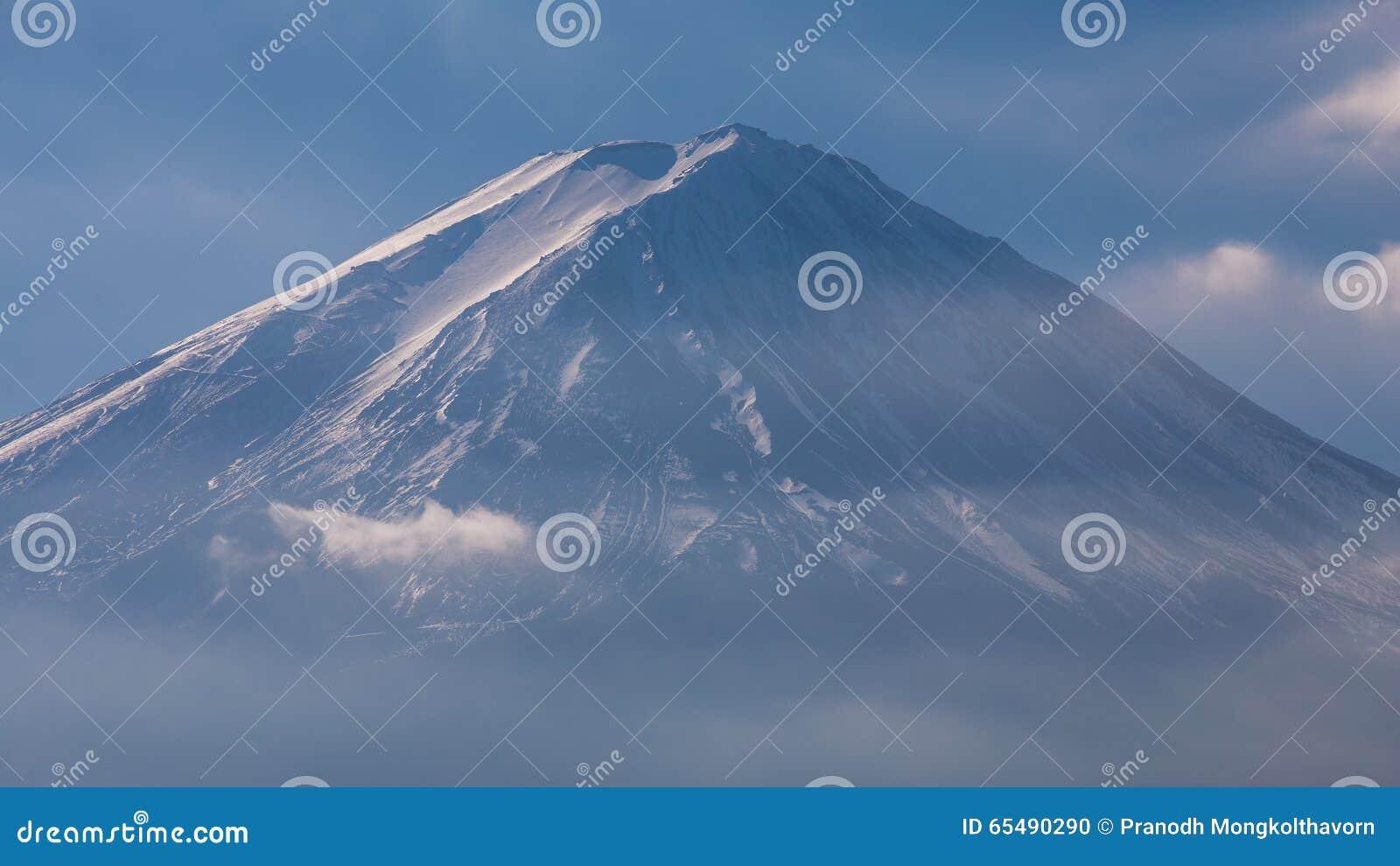 Credenza Da Montagna : Chiuda sulla cima della montagna superiore innevata di fuji