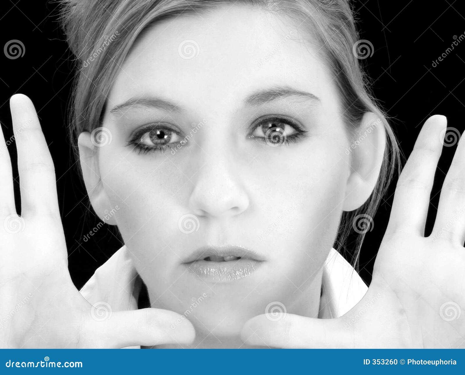 Chiuda sulla donna con le mani in su in in bianco e nero