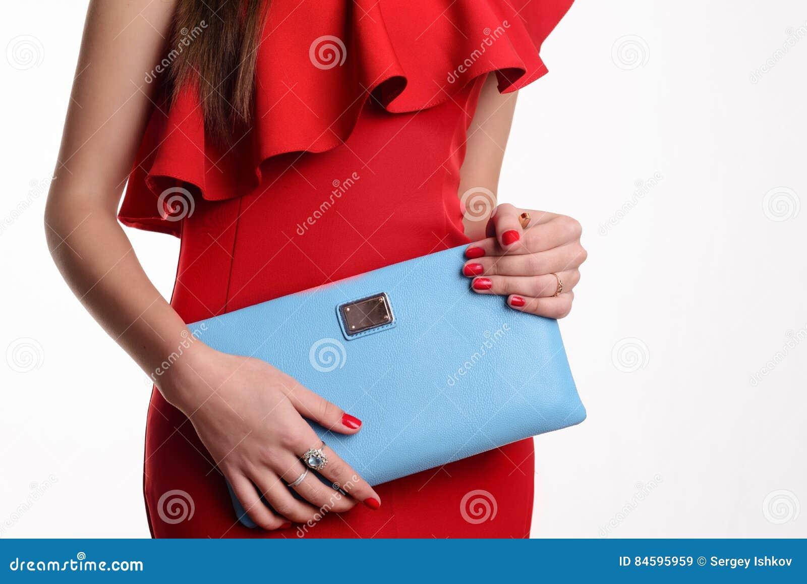37098cbe9e0a Chiuda Sulla Donna Di Modo In Vestito Rosso Con La Borsa Blu ...