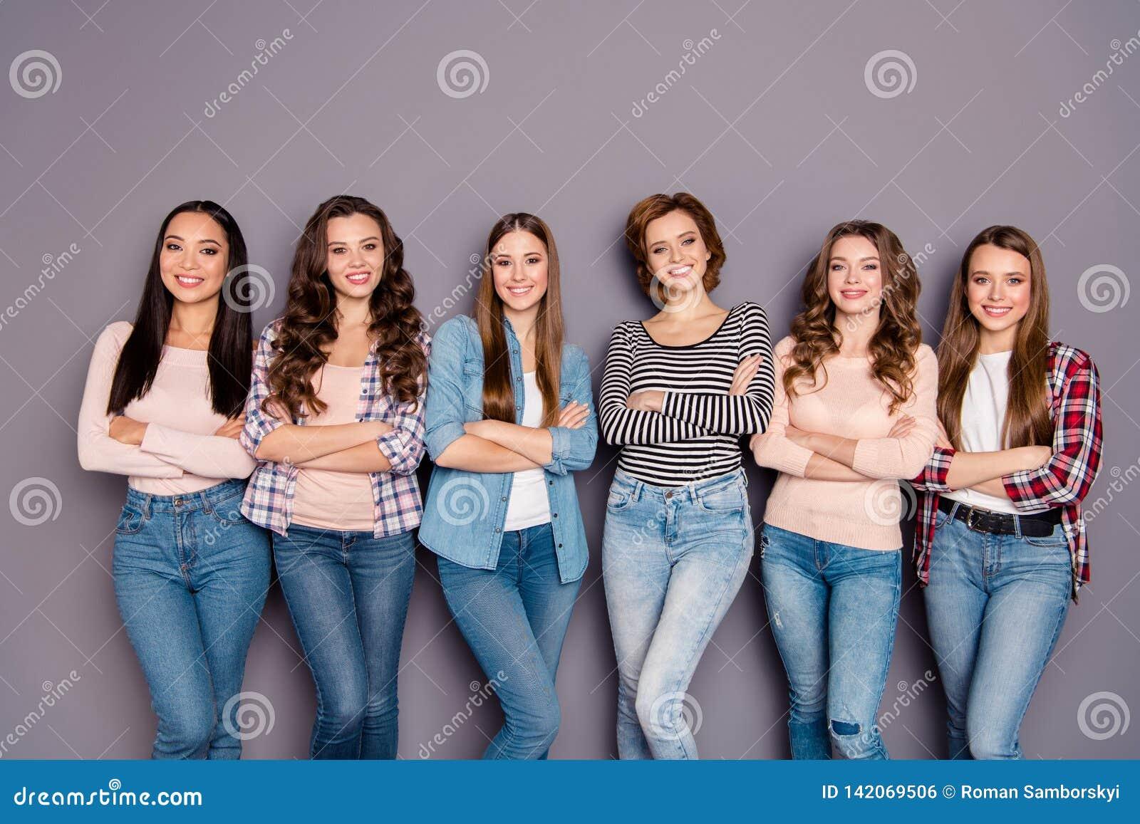 Chiuda sulla foto bella lei il suo colpo sicuro di sé delle sorelle scarne dei compagni di camera di sei signore con l uso d avan