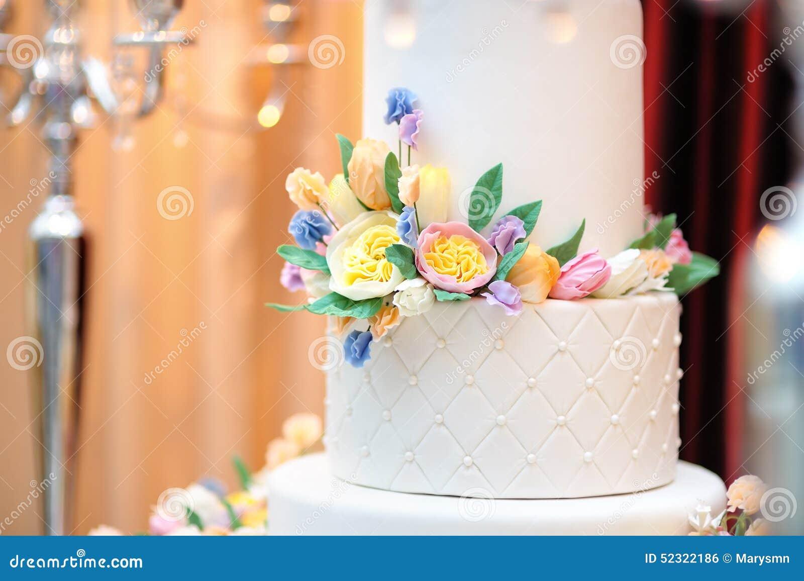 Chiuda sulla foto di nozze bianche deliziose o della torta - Colorazione pagina della torta di compleanno ...