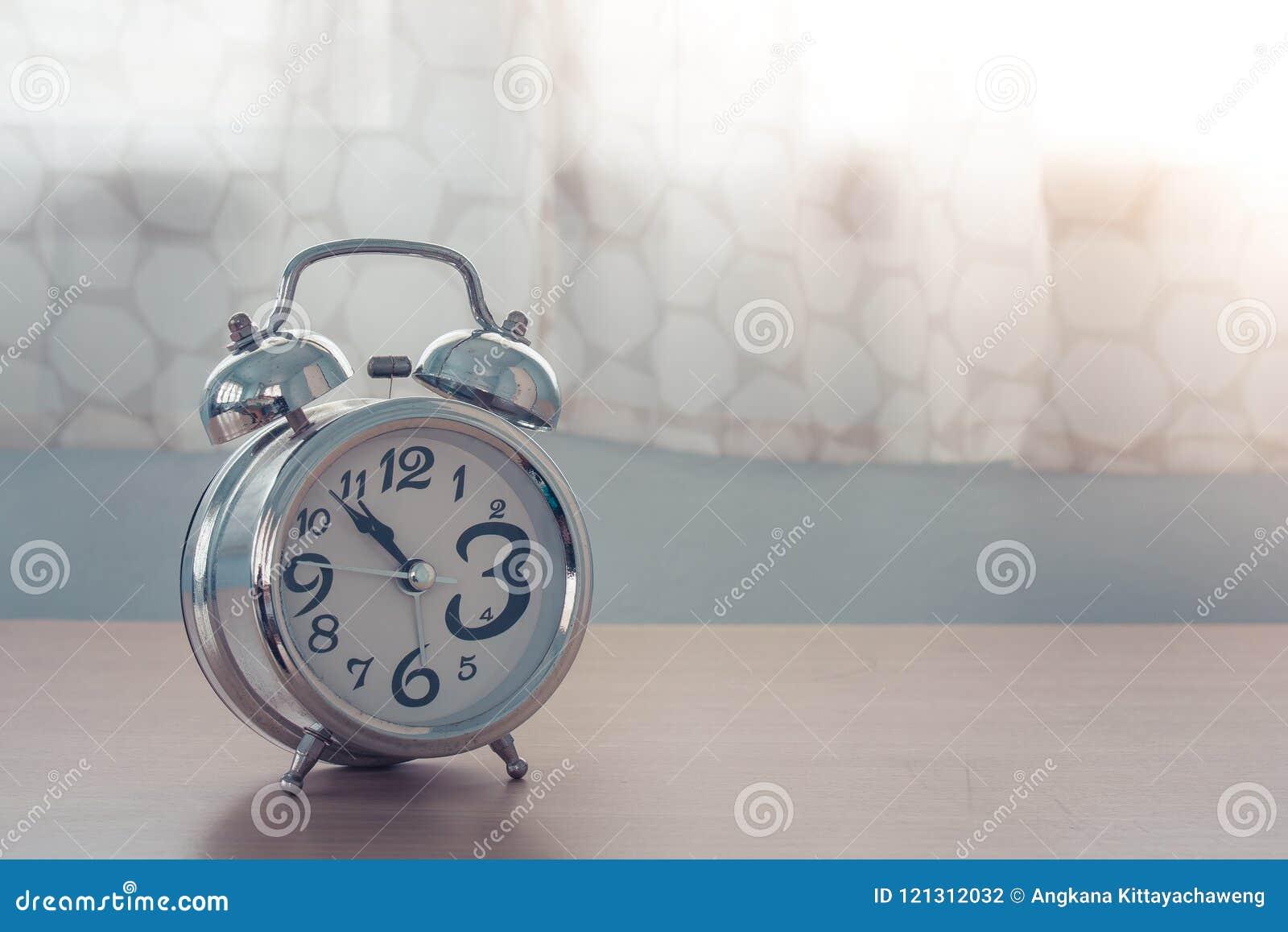Tende Camera Da Letto Argento : Chiuda sulla vecchia sveglia d argento sulla tavola di legno in