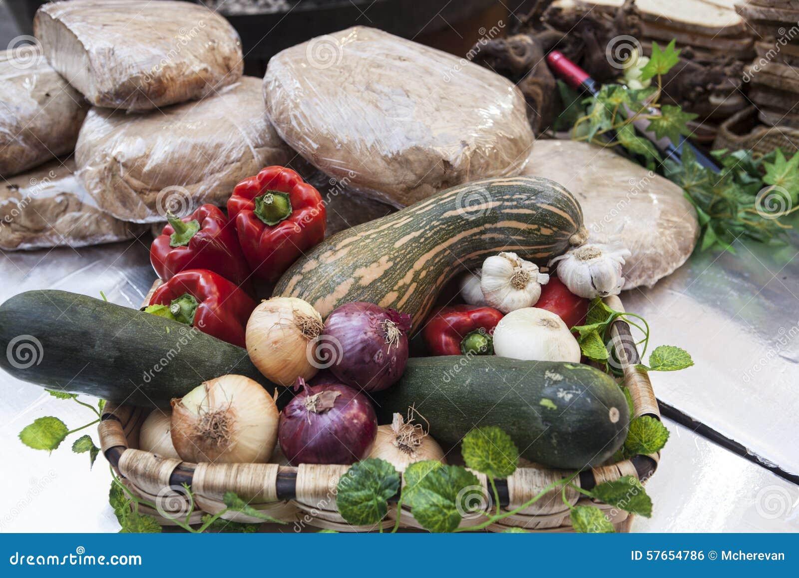 Chleb, świezi warzywa, zucchini, czosnek, dzwonkowy pieprz, cebula, przy jarmarkiem