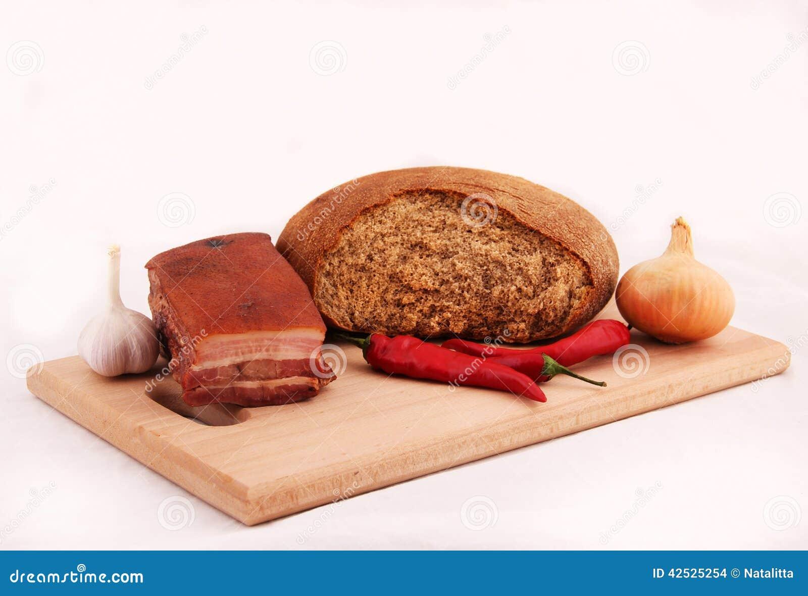 Chleb, bekon, chili pieprz, czosnek, cebula