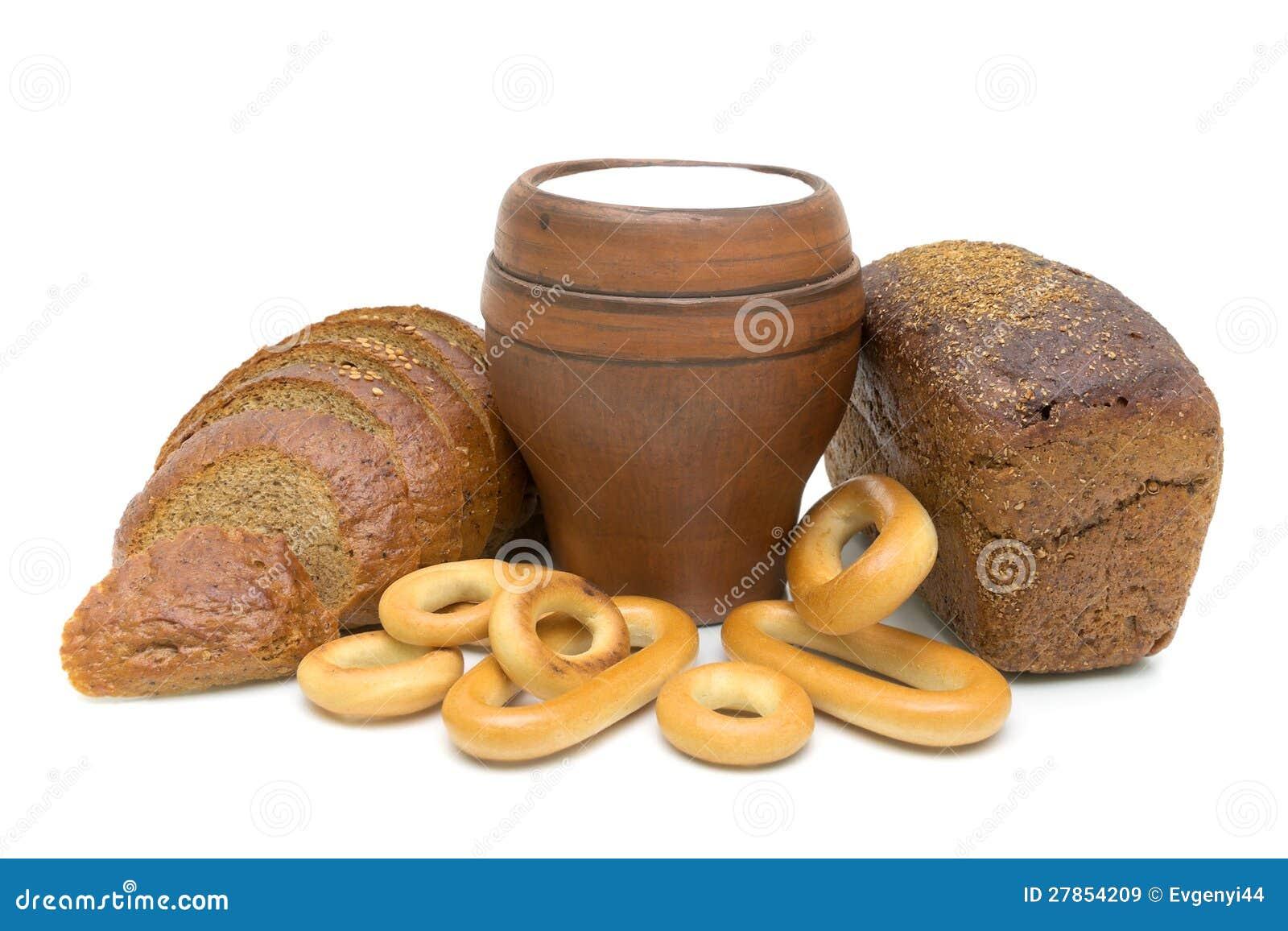 Chleb i mleko w szkle na biały tle