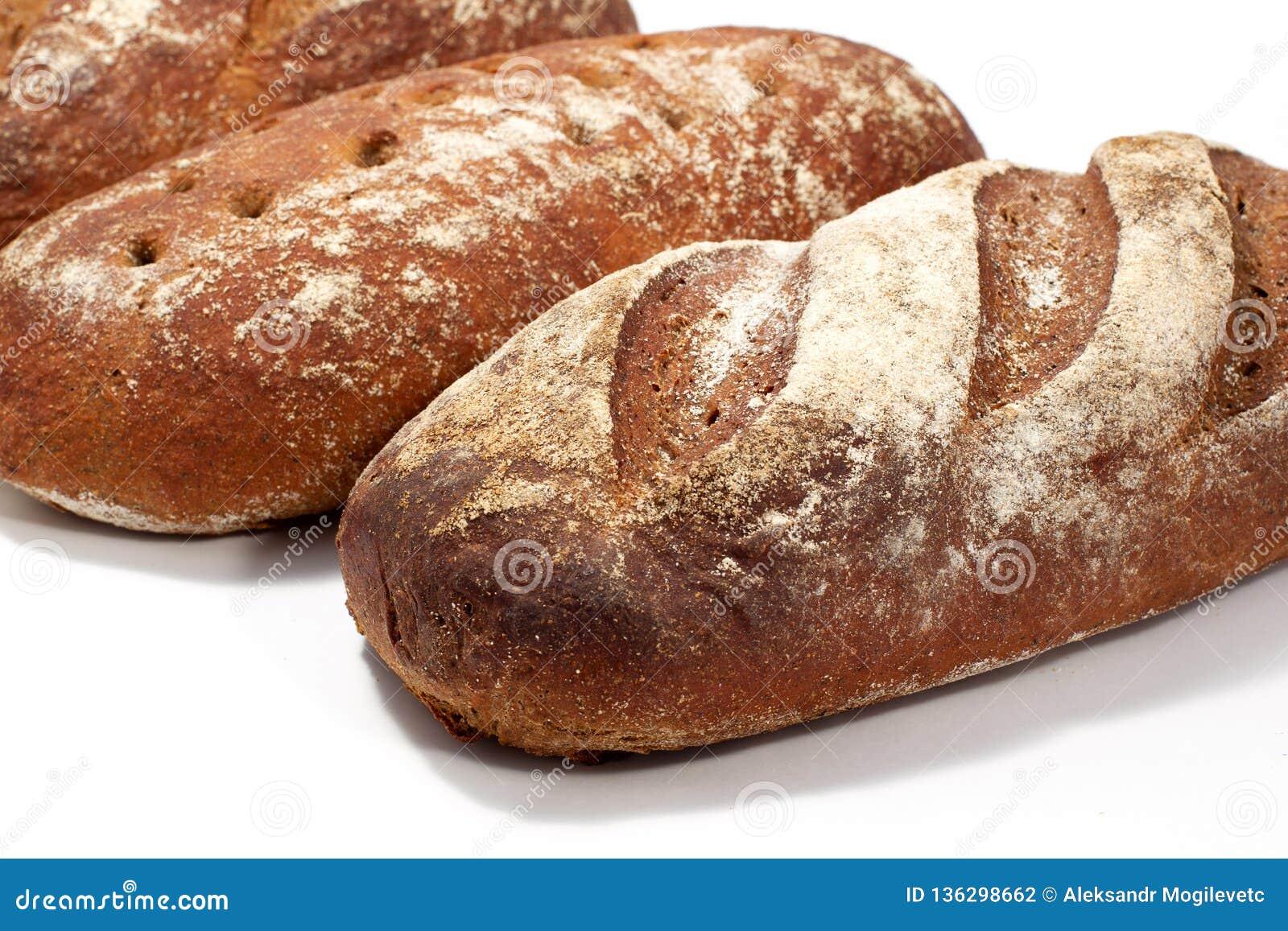 Chleb - raye sourdough chleb, kilka bochenki w pobliżu Diagonalny skład