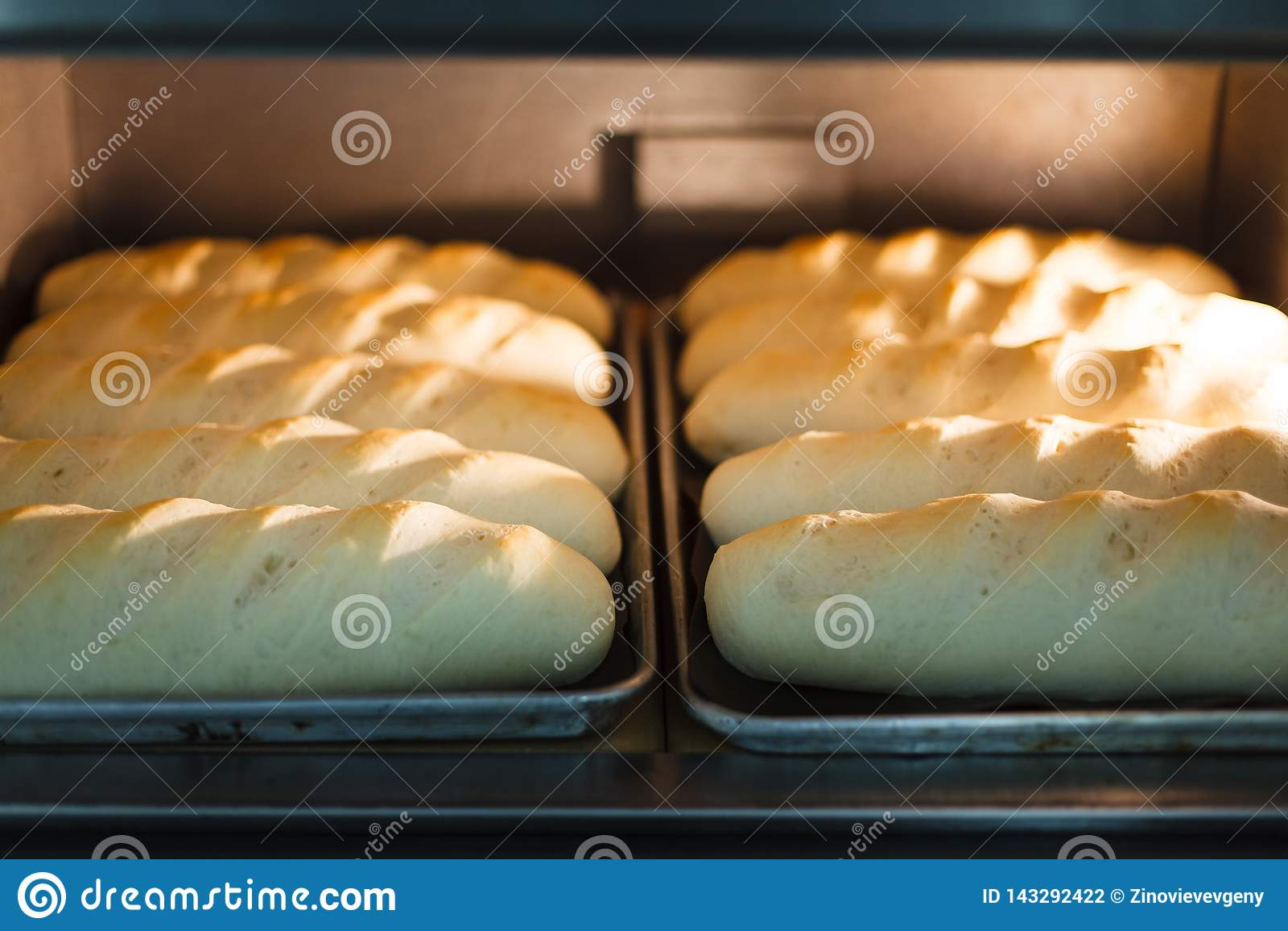 Chleb w piekarniku piec w procesie