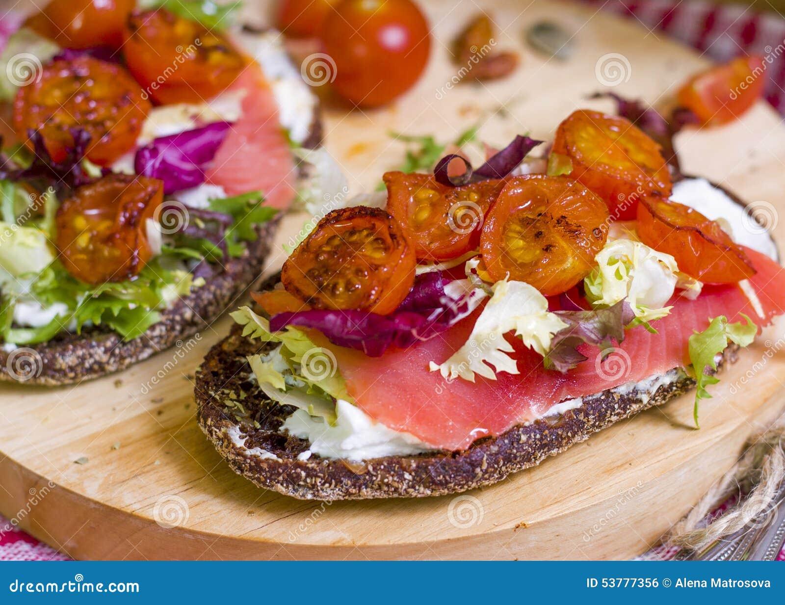 Chleb z łososiem i warzywami