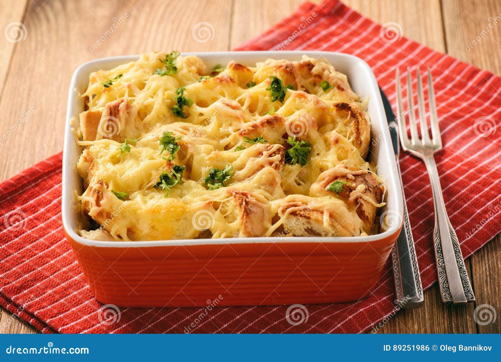Chlebowa potrawka z kurczakiem, szpinakiem, jajkami i serem znać jako warstwy,