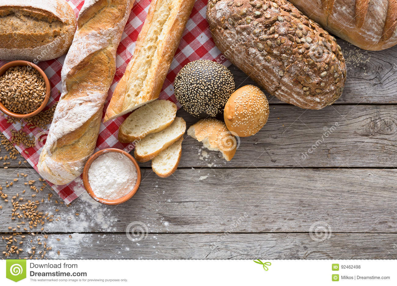 Chlebowy tło z kopii przestrzenią na nieociosanym drewnie