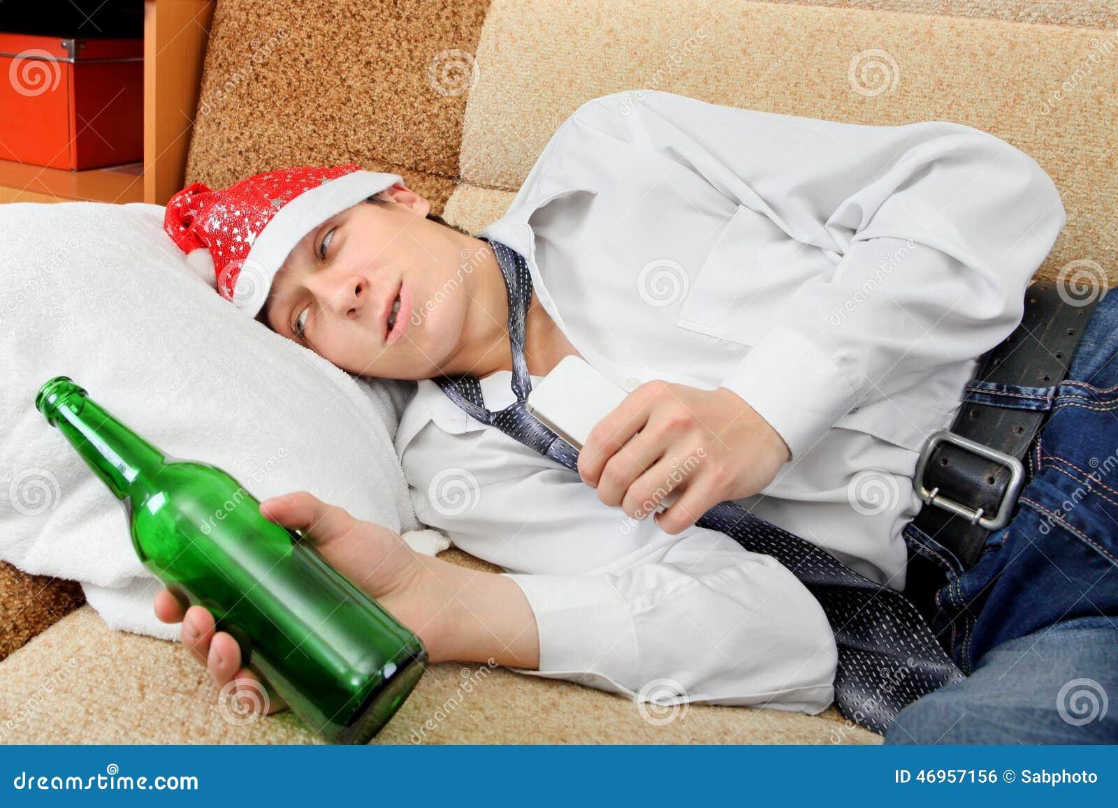 Chmielny nastolatek w Santa kapeluszu