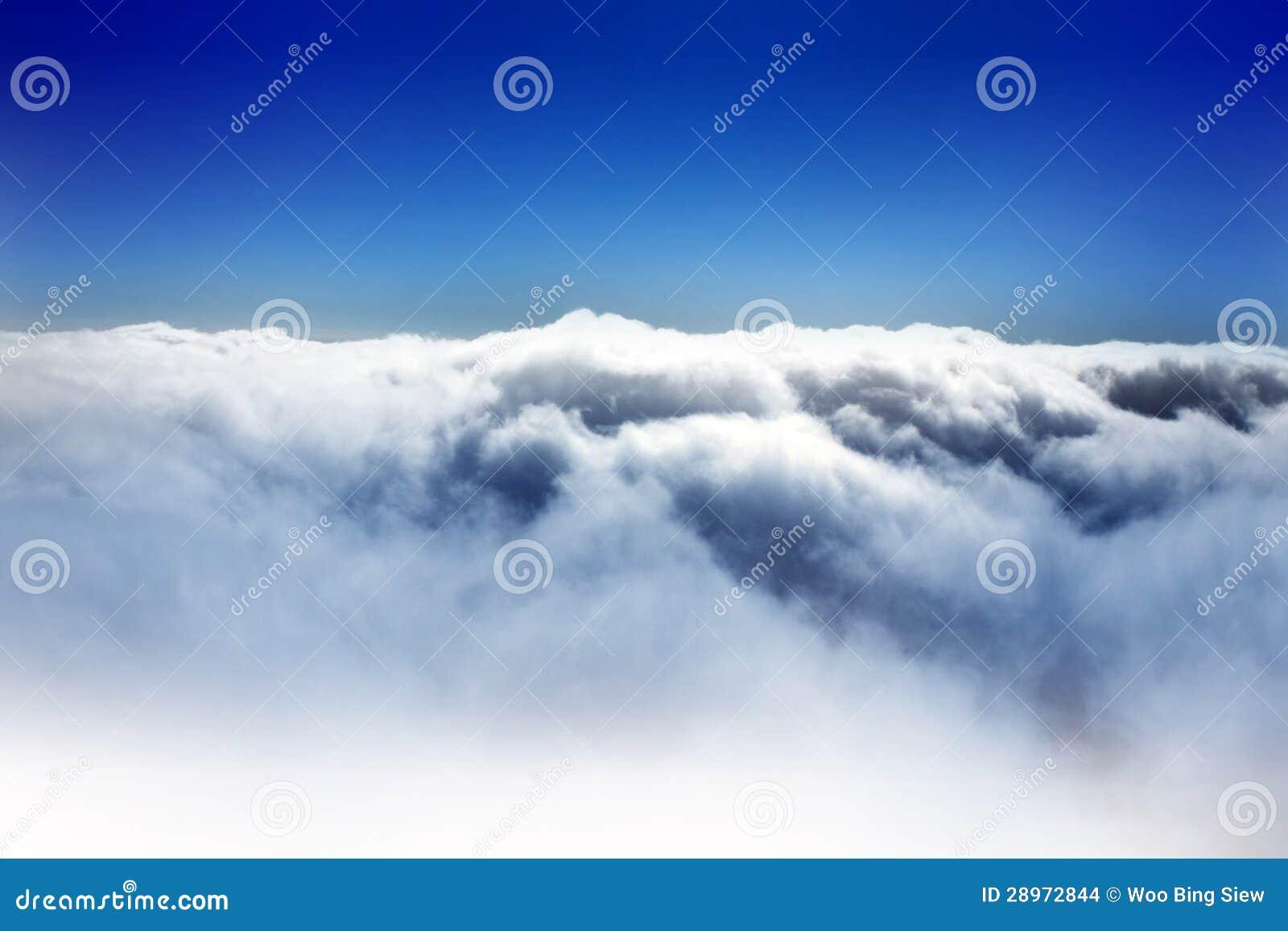 Chmura i niebieskie niebo