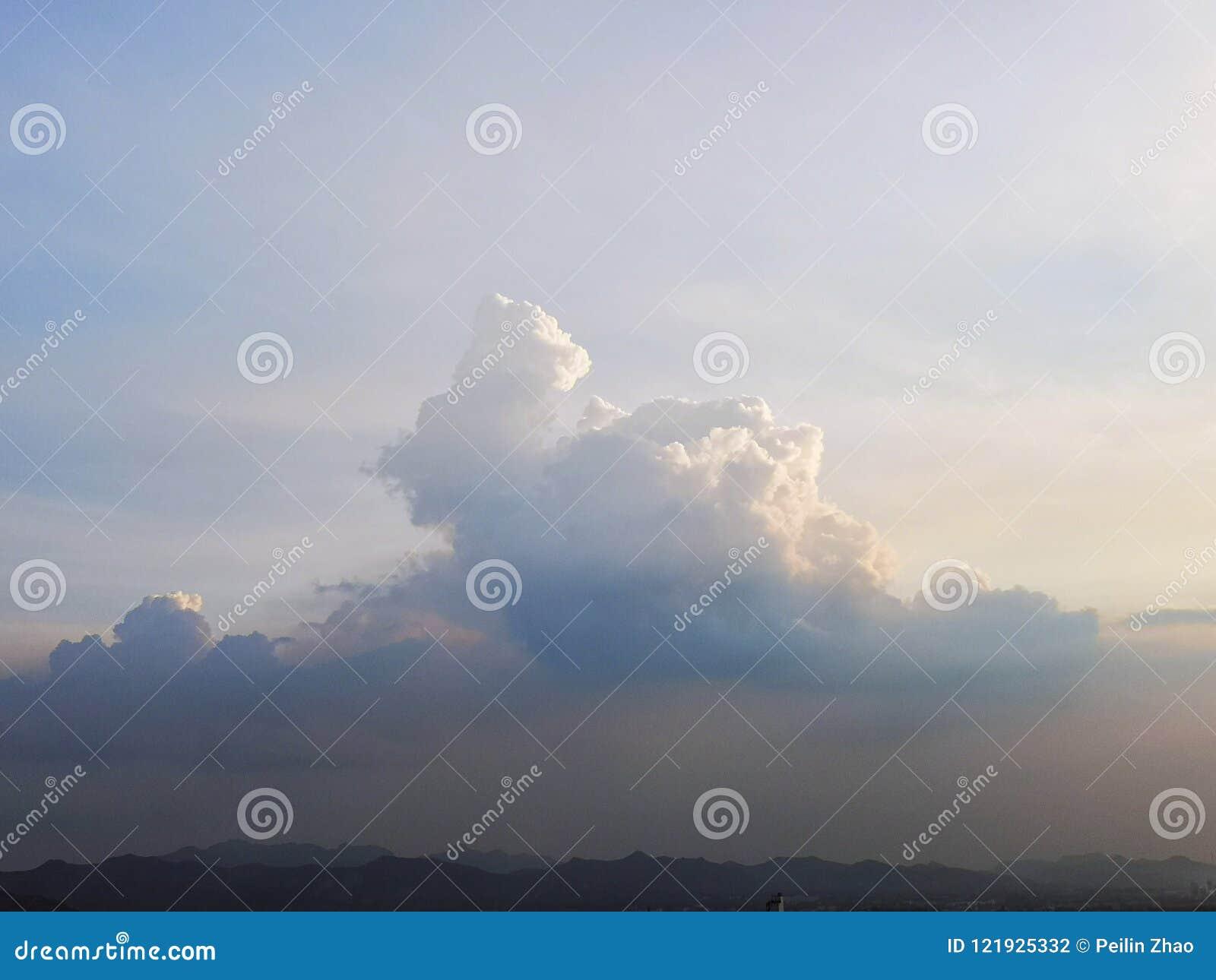 Chmura jest jak góra W popołudniu