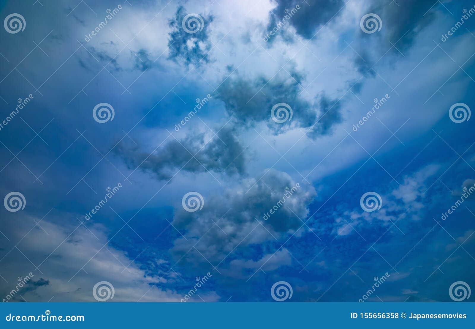 Chmurnego nieba dzień