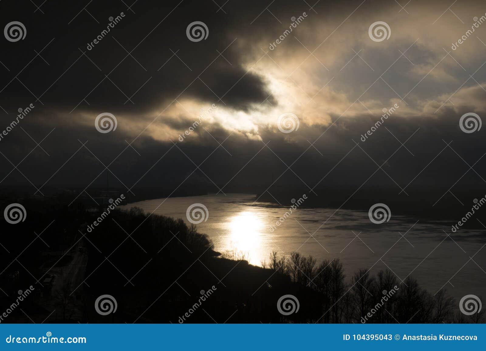 Chmurnieje ciemną dramatyczną burzę