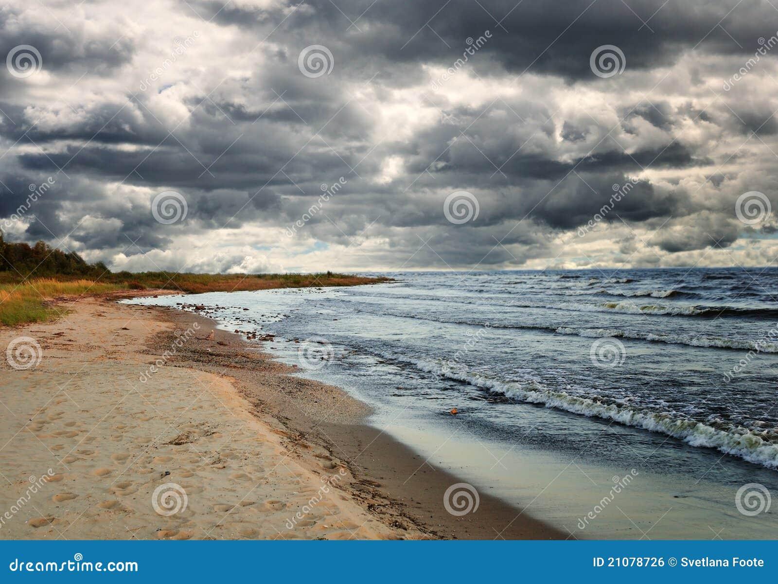Chmurnieje jezioro nad dżdżystym