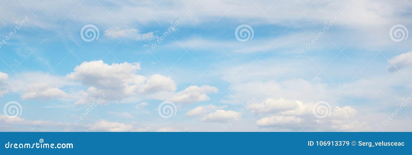 Chmurnieje niebo biel