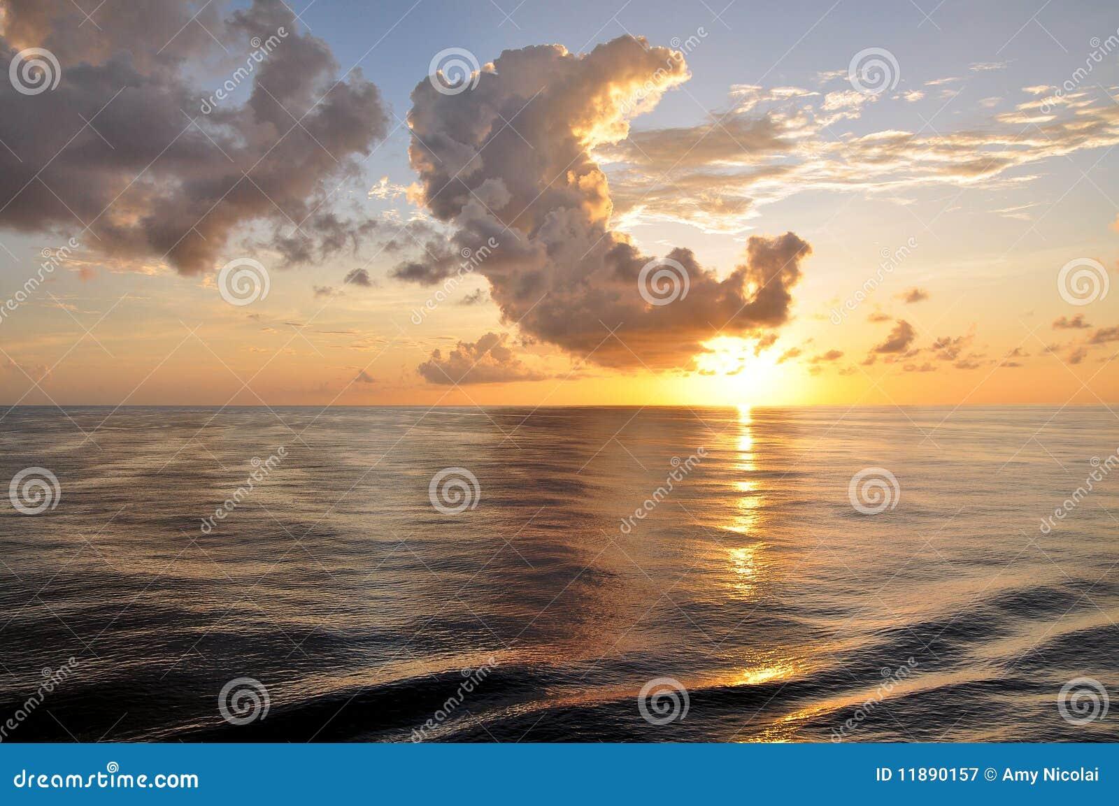Chmurnieje ocean nad wschód słońca tropikalnym