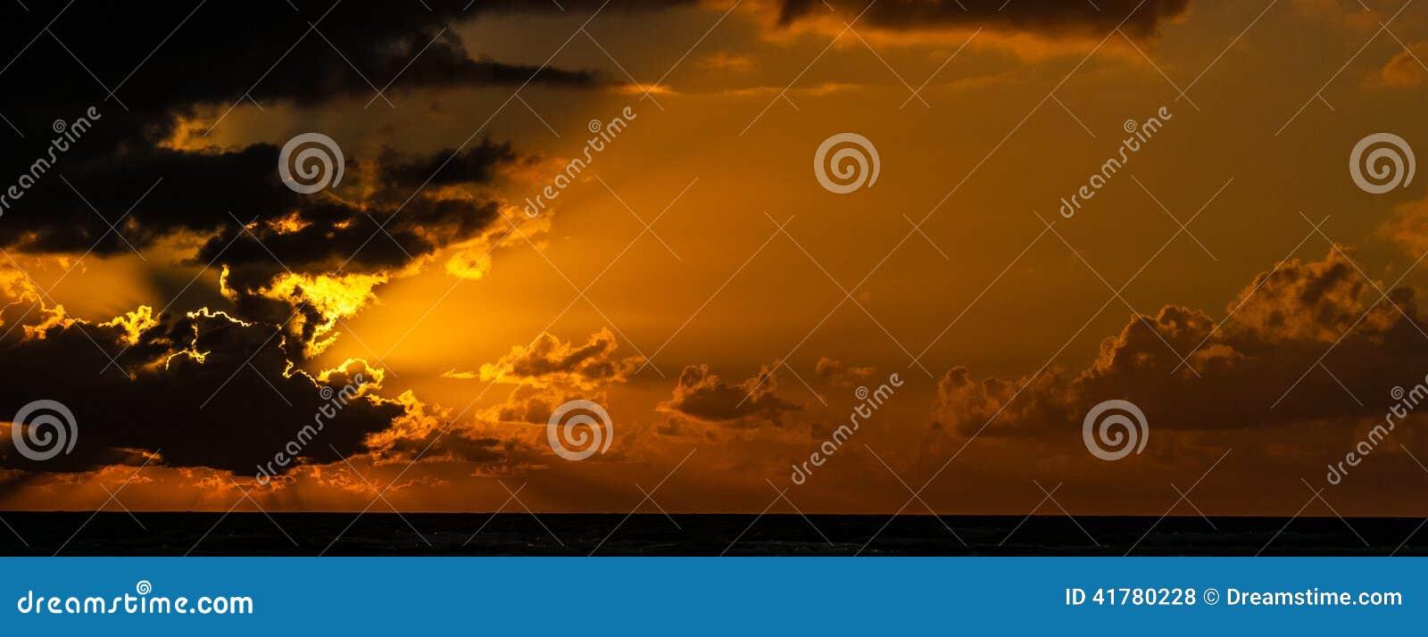 Chmurny wschód słońca nad morzem karaibskim