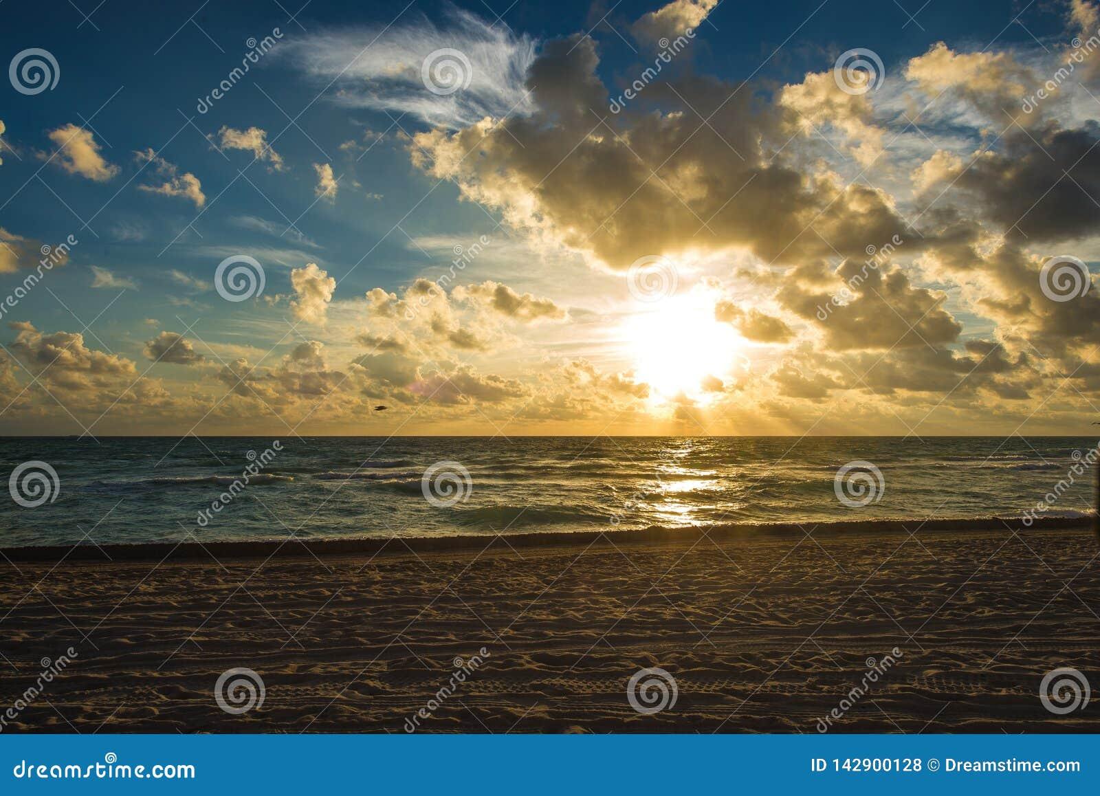 Chmurny wschód słońca przy Miami plażą