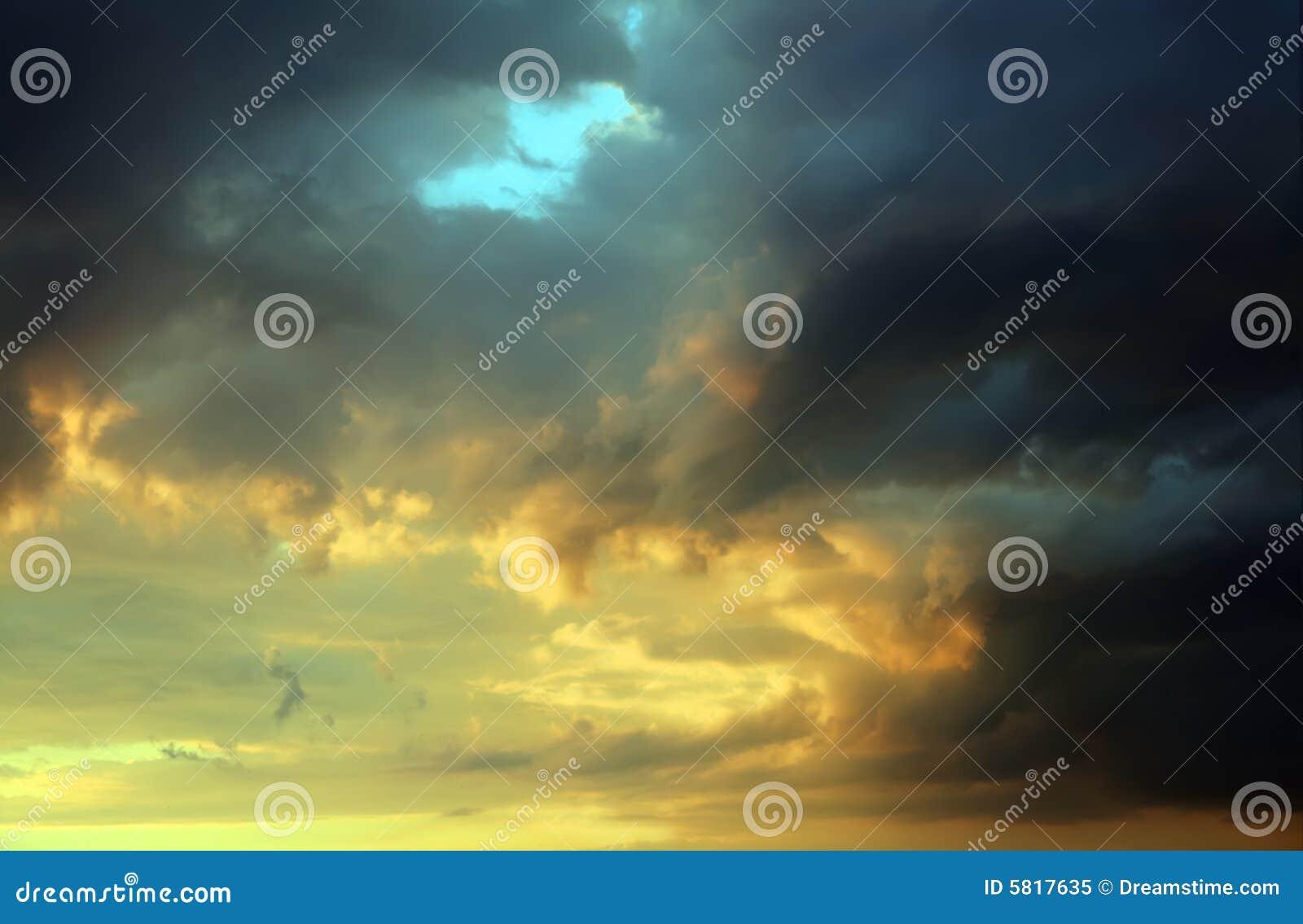 Chmury burzy słońca