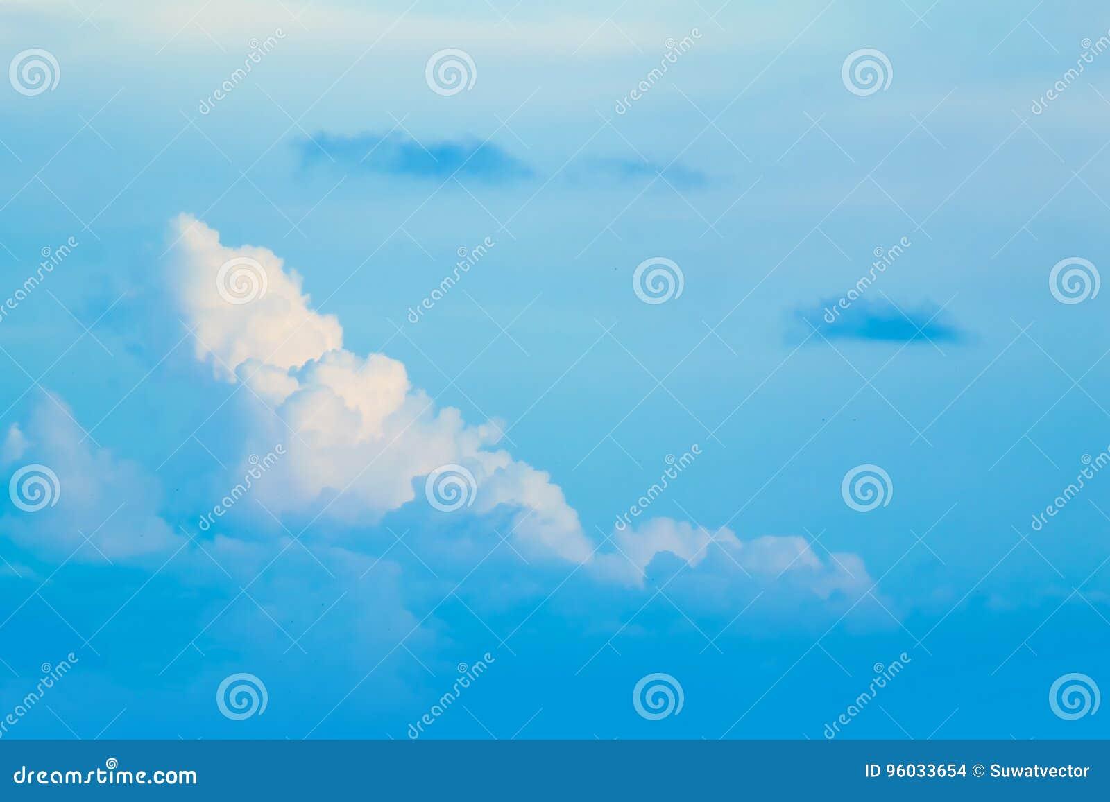 Chmury dzielą w warstwy w wieczór z światłem