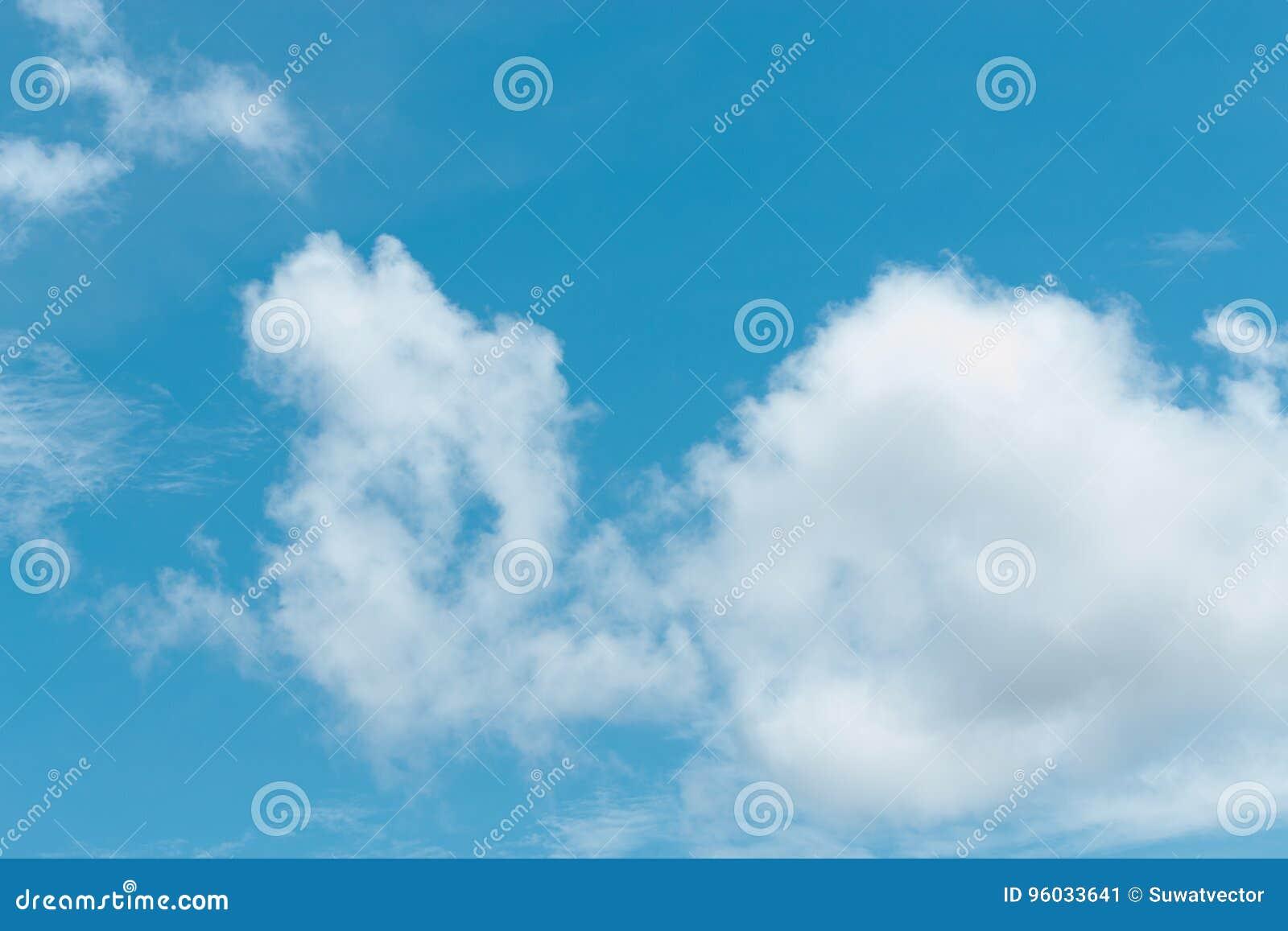 Chmury jasny niebo dla tła