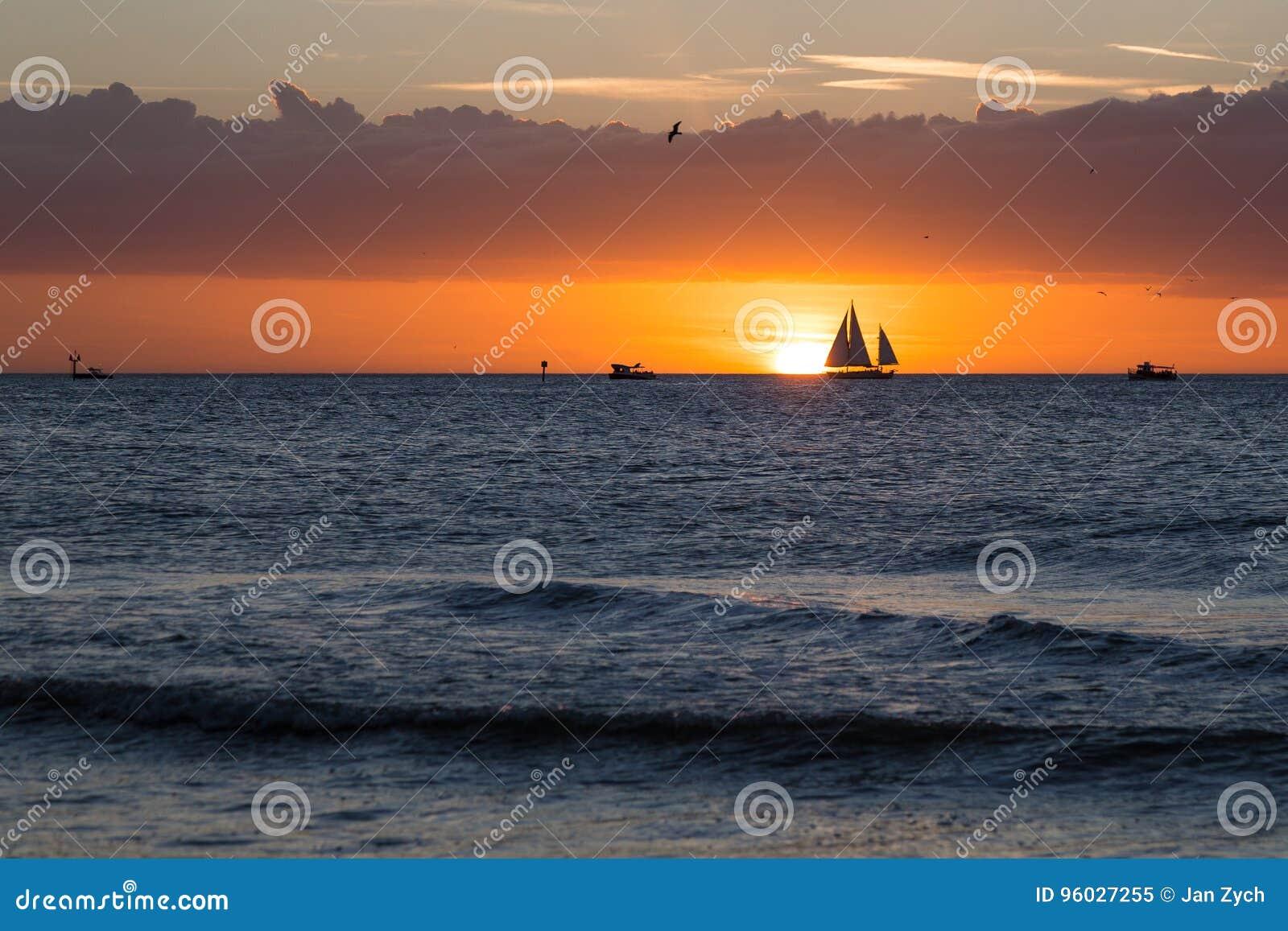 Chmury, morze, łodzie i zmierzch,