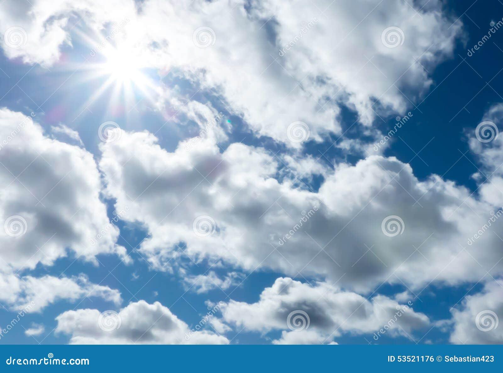 Chmury niebieskie niebo i światło słoneczne