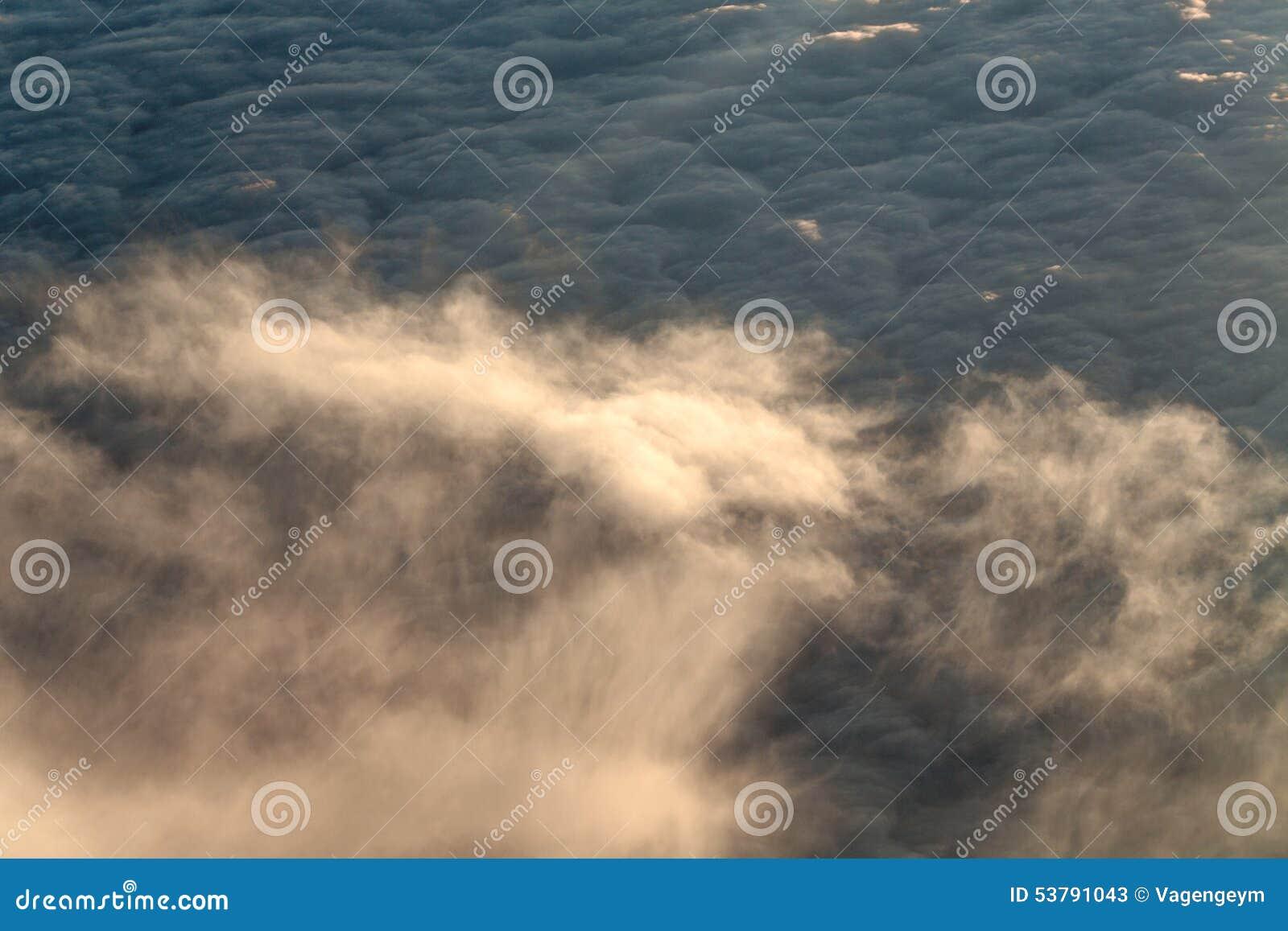 Chmury z wysokość strumieniem