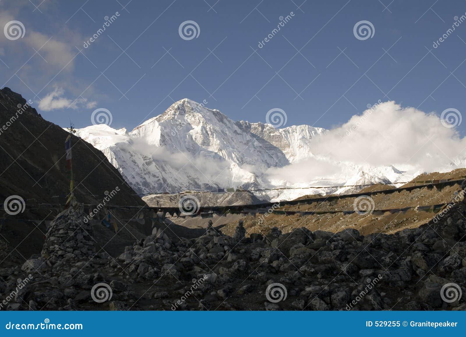 Download Cho挂接尼泊尔oyu 库存图片. 图片 包括有 喜马拉雅山, 远征, 户外, 山顶, 祷告, 标志, 登山 - 529255
