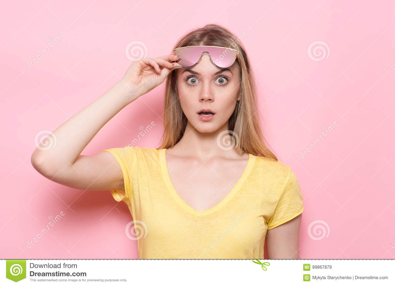 Chockad framsida för kvinna med den öppna munnen och stora ögon