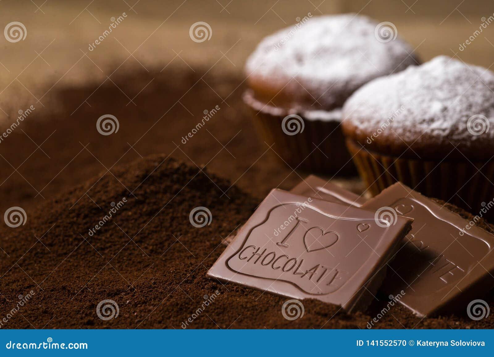 Chocolade cupcake met suikerpoeder dat wordt verfraaid