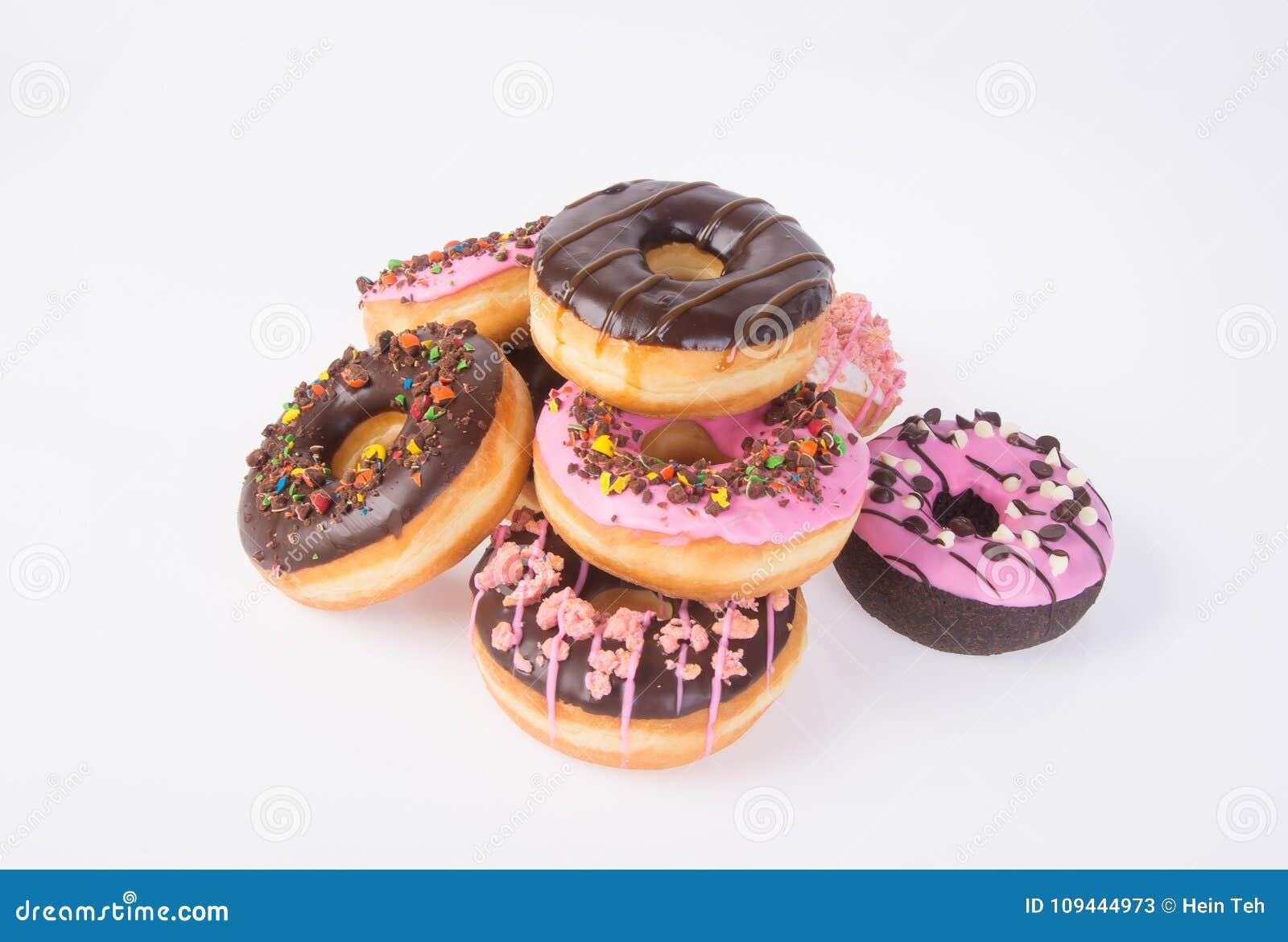 Chocolade donuts op een witte achtergrond